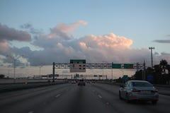 MIAMI, FLORIDA -8 MAART 2019 - Weergeven van een tollbooth op de weg bij de ingang De Sunpasshouders gaan door een uitdrukkelijke royalty-vrije stock foto