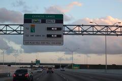 MIAMI, FLORIDA -8 MARÇO DE 2019 - vista de um tollbooth na estrada na entrada Os suportes de Sunpass atravessam uma pista express imagens de stock royalty free