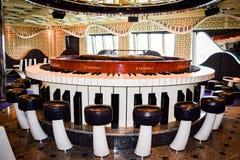 Miami Florida - mars 29 2014: Inom pianostången på skeppet för karnevalfrihetkryssning royaltyfri foto
