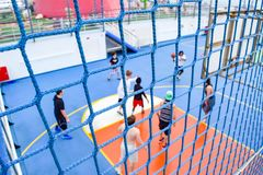 Miami, Florida - 29 marzo 2014: Reticolato intorno al campo da pallacanestro e un gioco nella sessione, a bordo della nave da cro fotografia stock