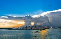 Miami Florida na tempestade com por do sol Ideia da nuvem grande e do vendaval forte do mar imagem de stock