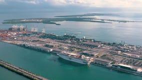 Miami, Florida, S.U.A. - gennaio 2019: Volo aereo di visualizzazione del fuco sopra il porto marittimo di Miami Navi e fodere di  stock footage