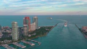 Miami, Florida, S.U.A. - maggio 2019: Volo aereo di vista del fuco sopra il canale principale di Miami La nave, fodera di crocier stock footage