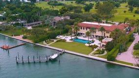 Miami, Florida, S.U.A. - maggio 2019: Volo aereo di vista del fuco sopra la baia di Miami Biscayne e l'isola indiana dell'insenat video d archivio