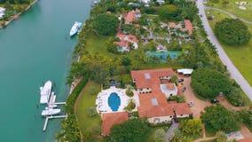 Miami, Florida, S.U.A. - maggio 2019: Volo aereo di vista del fuco sopra la baia di Miami Biscayne e l'isola indiana dell'insenat archivi video