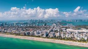 MIAMI, FLORIDA, U.S.A. - GENNAIO 2019: Volo aereo di vista di panorama del fuco del hyperlapse 4k sopra la linea costiera dell'oc stock footage