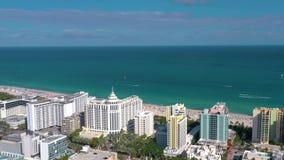 MIAMI, FLORIDA, U.S.A. - GENNAIO 2019: Volo aereo di vista di panorama del fuco sopra il centro urbano di Miami Beach archivi video