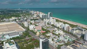 MIAMI, FLORIDA, U.S.A. - GENNAIO 2019: Volo aereo di vista di panorama del fuco sopra il centro urbano di Miami Beach stock footage