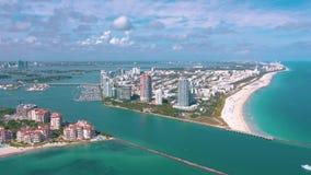 MIAMI, FLORIDA, U.S.A. - MAGGIO 2019: Volo aereo di vista del fuco sopra Miami Beach Isola del sud di Fisher e della spiaggia da  stock footage