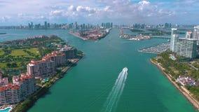 MIAMI, FLORIDA, U.S.A. - MAGGIO 2019: Volo aereo di vista del fuco sopra Miami Beach Isola del sud di Fisher e della spiaggia da  archivi video
