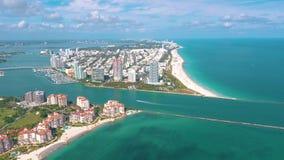 MIAMI, FLORIDA, U.S.A. - MAGGIO 2019: Volo aereo di vista del fuco sopra Miami Beach Isola del sud di Fisher e della spiaggia da  video d archivio