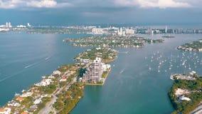 MIAMI, FLORIDA, U.S.A. - MAGGIO 2019: Volo aereo di vista del fuco sopra la baia di Miami Biscayne Barche e yacht da sopra video d archivio