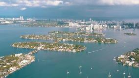 MIAMI, FLORIDA, U.S.A. - MAGGIO 2019: Volo aereo di vista del fuco sopra la baia di Miami Biscayne Barche e yacht da sopra stock footage