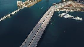 MIAMI, FLORIDA, U.S.A. - MAGGIO 2019: Volo aereo di vista del fuco sopra la baia di Miami Biscayne Passaggi e viadotti da sopra archivi video