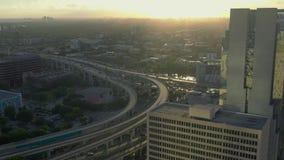 MIAMI, FLORIDA, U.S.A. - MAGGIO 2019: Volo aereo di vista del fuco sopra la citt? di Miami Hotel, costruzioni di affari da sopra video d archivio
