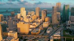 MIAMI, FLORIDA, U.S.A. - MAGGIO 2019: Volo aereo di vista del fuco sopra la citt? di Miami Hotel, costruzioni di affari da sopra stock footage
