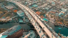 MIAMI, FLORIDA, U.S.A. - MAGGIO 2019: Volo aereo di vista del fuco sopra la citt? di Miami Viadotto della strada e sorpassare da  archivi video