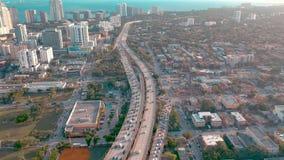 MIAMI, FLORIDA, U.S.A. - MAGGIO 2019: Volo aereo di vista del fuco sopra la citt? di Miami Viadotto della strada e sorpassare da  stock footage