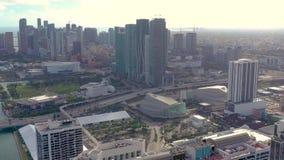 MIAMI, FLORIDA, U.S.A. - MAGGIO 2019: Volo aereo di vista del fuco sopra la citt? di Miami Vie, edifici residenziali da sopra stock footage