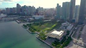 MIAMI, FLORIDA, U.S.A. - MAGGIO 2019: Volo aereo di vista del fuco sopra la citt? di Miami Vie, edifici residenziali da sopra video d archivio