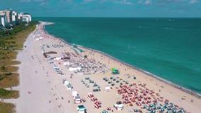 MIAMI, FLORIDA, U.S.A. - MAGGIO 2019: Volo aereo di vista di panorama del fuco sopra Miami Beach Sabbia e mare del sud della spia video d archivio