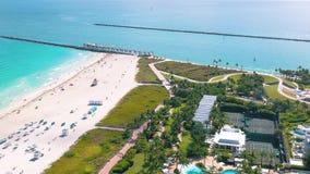 MIAMI, FLORIDA, U.S.A. - MAGGIO 2019: Volo aereo di vista di panorama del fuco sopra Miami Beach Sabbia e mare del sud della spia stock footage