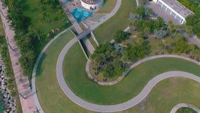 MIAMI, FLORIDA, U.S.A. - MAGGIO 2019: Volo aereo di vista di panorama del fuco sopra Miami Beach Sabbia e mare del sud della spia archivi video