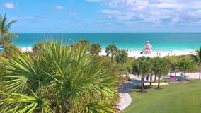 MIAMI, FLORIDA, U.S.A. - MAGGIO 2019: Volo aereo di vista di panorama del fuco sopra Miami Beach Sabbia, palme e mare da sopra stock footage