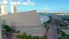 MIAMI, FLORIDA, U.S.A. - MAGGIO 2019: Volo aereo di vista di panorama del fuco sopra la citt? di Miami Cavaliere Concert Hall da  archivi video