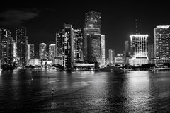 Miami Florida, USA horisont på den Biscayne fjärden Luxuru livbegrepp i stadens centrum glödande sikt av Miami fotografering för bildbyråer