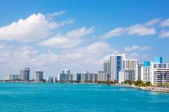Miami Florida, USA i stadens centrum horisont Byggnad, havstrand och blå himmel Härlig stad av Amerikas förenta stater arkivfoto