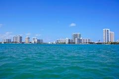 Miami Florida, USA i stadens centrum horisont Byggnad, havstrand och blå himmel Härlig stad av Amerikas förenta stater royaltyfri foto