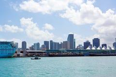 Miami Florida, USA i stadens centrum horisont Byggnad, havstrand och blå himmel Härlig stad av Amerikas förenta stater royaltyfri fotografi