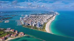 MIAMI, FLORIDA, USA - JANUAR 2019: Luft-hyperlapse 4k Brummenpanorama-Ansichtflug über Miami- Beachozeanküstenlinie stock footage