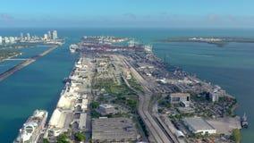 Miami, Florida, USA - Januar 2019: Luftbrummenansichtflug über Miami-Seehafen Schiffe und Kreuzfahrtschiffe am Pier stock footage