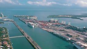Miami, Florida, USA - Januar 2019: Luftbrummenansichtflug ?ber Miami-Seehafen Schiffe und Kreuzfahrtschiffe am Pier stock footage