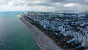 MIAMI FLORIDA, USA - JANUARI 2019: Flyg- för surrpanorama för hyperlapse 4k flyg för sikt över den Miami Beach havkustlinjen lager videofilmer