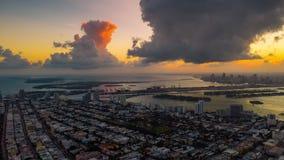 MIAMI FLORIDA, USA - JANUARI 2019: Flyg- flyg för surrpanoramasikt över Miami Solnedgång ovanför den södra stranden och Mitt--str lager videofilmer
