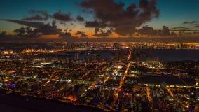 MIAMI FLORIDA, USA - JANUARI 2019: Flyg- flyg för surrpanoramasikt över Miami Solnedgång ovanför den södra stranden och Mitt--str stock video