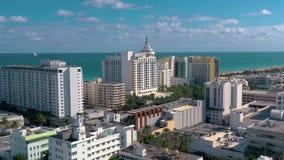 MIAMI FLORIDA, USA - JANUARI 2019: Flyg- flyg f?r surrpanoramasikt ?ver Miami Beach stadsmitt lager videofilmer
