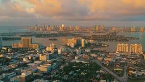 MIAMI FLORIDA, USA - JANUARI 2019: Flyg- flyg f?r surrpanoramasikt ?ver Miami Beach stadsmitt Soluppg?ng fr?n ?ver lager videofilmer
