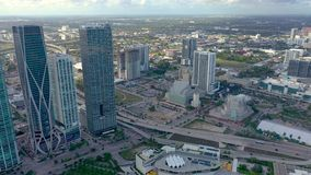 Miami Florida, USA - Januari 2019: Flyg- surrsiktsflyg ?ver det Miami Edgewater omr?det p? den Biscayne fj?rden stock video