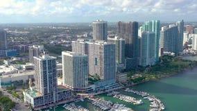 Miami Florida, USA - Januari 2019: Flyg- surrsiktsflyg ?ver det Miami Edgewater omr?det p? den Biscayne fj?rden lager videofilmer