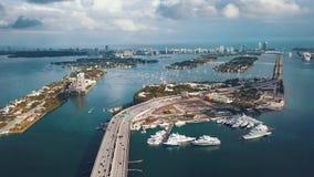 MIAMI, FLORIDA, USA - MAI 2019: Luftbrummenansichtflug ?ber Bucht Miamis Biscayne ?berf?hrungen und Viadukte von oben stock footage