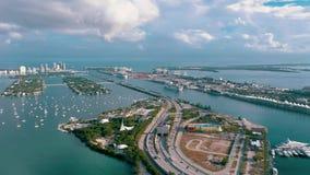 MIAMI, FLORIDA, USA - MAI 2019: Luftbrummenansichtflug ?ber Bucht Miamis Biscayne Boote und Yachten von oben stock video