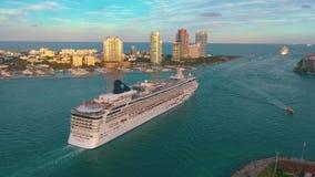 Miami, Florida, USA - Mai 2019: Luftbrummenansichtflug ?ber Miami-Hauptgerinne Schiff, Kreuzfahrtschiffsegel in das Meer stock video footage