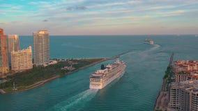 Miami, Florida, USA - Mai 2019: Luftbrummenansichtflug ?ber Miami-Hauptgerinne Schiff, Kreuzfahrtschiffsegel in das Meer stock video