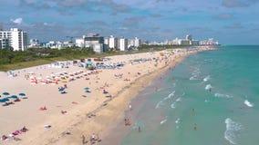 MIAMI, FLORIDA, USA - MAI 2019: Luftbrummenpanorama-Ansichtflug ?ber Miami Beach S?dstrandsand und -meer von oben stock video