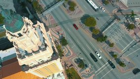Miami, Florida, USA - Mai 2019: Luftschu? von Miami-Stadtzentrum Freedom Tower- und Biscayne-Boulevard von oben stock video