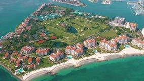 MIAMI FLORIDA, USA - MAJ 2019: Flyg- surrsiktsflyg över Miami Beach Södra strand- och Fisher ö från över lager videofilmer